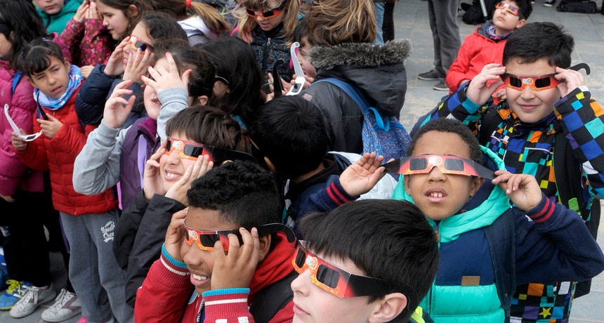 kids watching eclipse in Barcelona