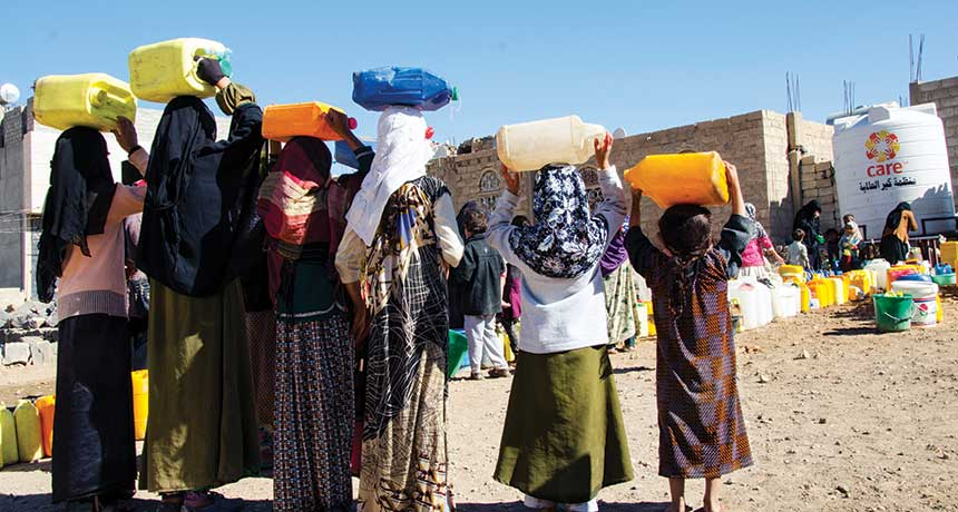 Yemeni women waiting for charity water