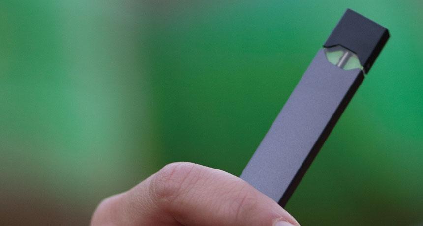 hand holding an e-cig