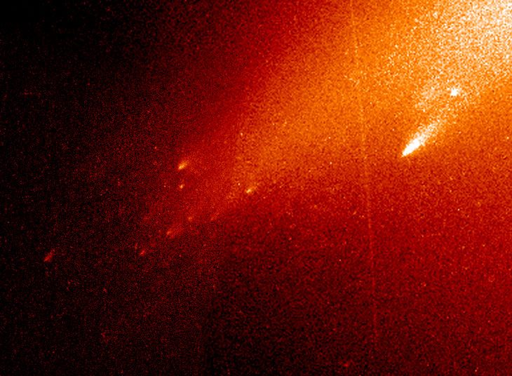 an image of comet LINEAR shattering into mini-comets in 2000