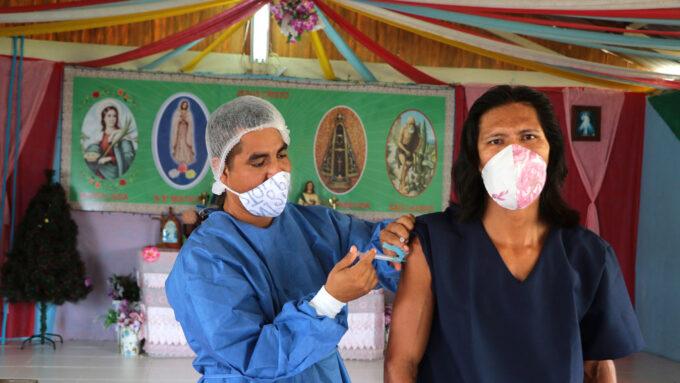 Baré person getting Sinovac COVID-19 vaccine