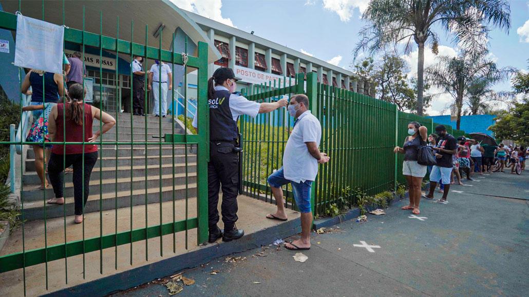 volunteer waiting for vaccine at State School Jardim das Rosas