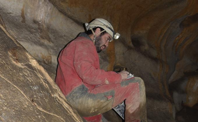 Le géologue Iñaki Intxaurbe portant une lampe frontale dans une grotte