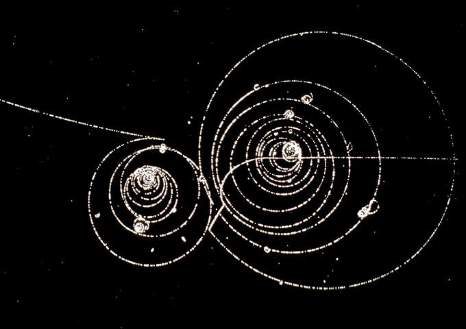 immagine in bianco e nero di una traccia di particelle di kaon