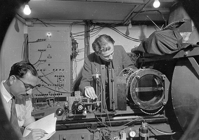 immagine in bianco e nero di Clifford Butler e un altro scienziato che lavorano in un laboratorio