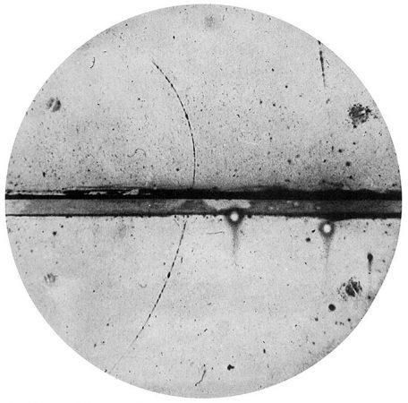 immagine in bianco e nero della traccia di particelle di positroni