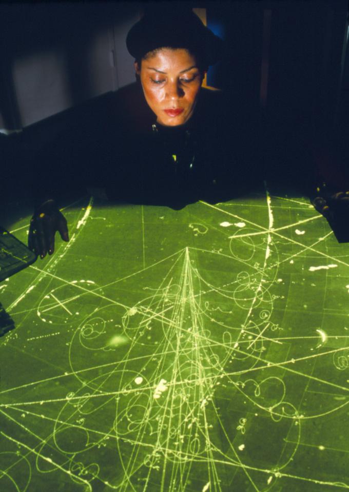 Renee Jones misura le tracce di particelle su una scansione della camera a nebbia