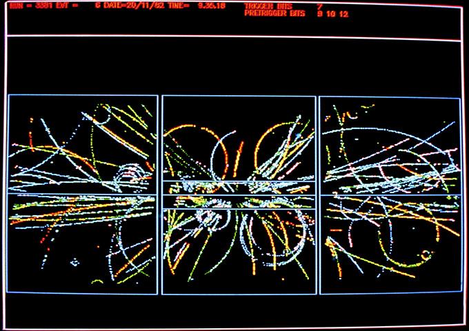 immagine di tracce di nuove particelle prodotte dopo una collisione di protoni e antiprotoni