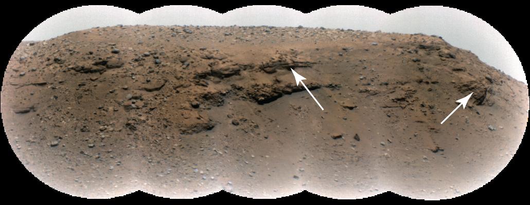 Lantai berbatu coklat dengan beberapa lapisan batu