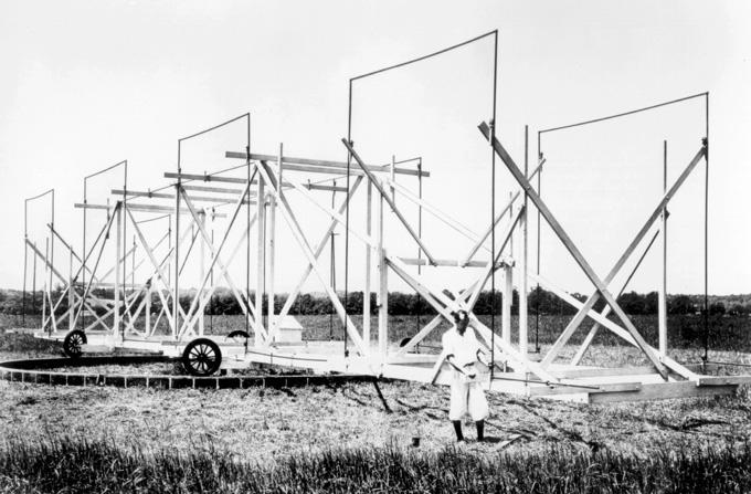 zwart-wit foto van Karl Jansky die aan zijn roterende radioantenne werkt