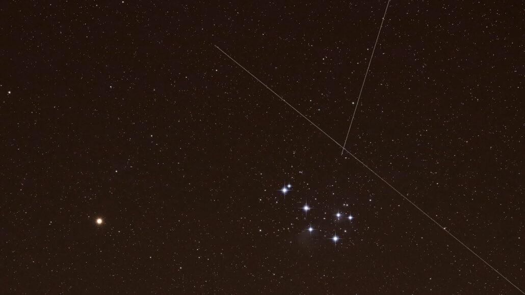 immagine di Marte e dell'ammasso stellare delle Pleiadi con striature incrociate dai satelliti Starlinks