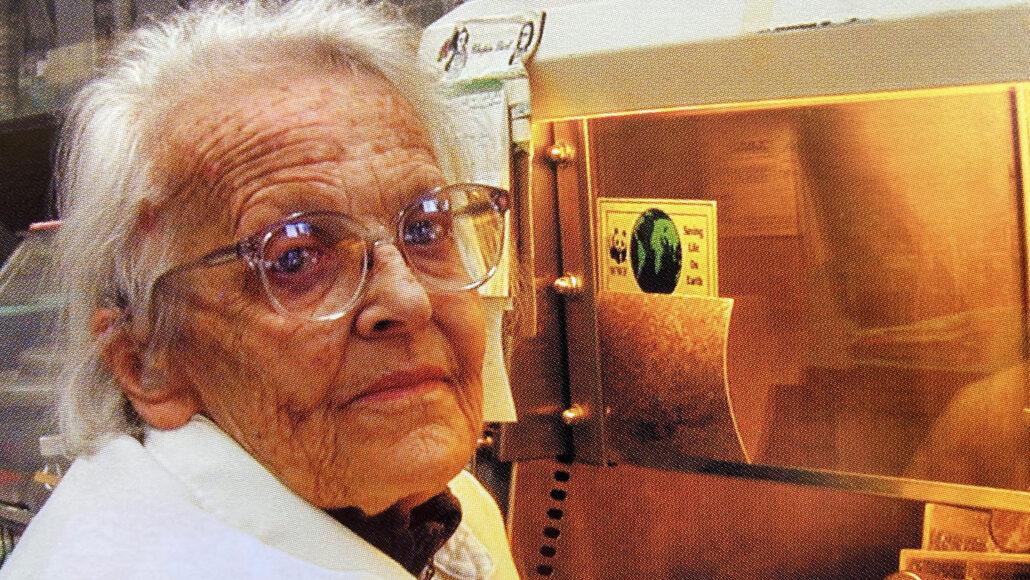 Marguerite Vogt in een laboratorium van het Salk Institute